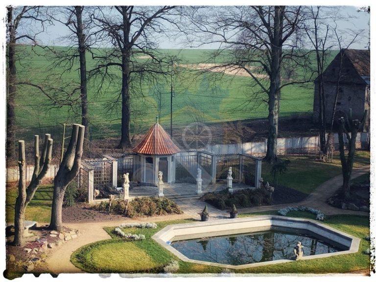 Zámek Líšno bazén kaple
